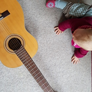 Das Landkind findet die Gitarre einer Freundin unglaublich spannend..