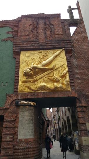 """""""Der Lichtbringer"""" weist den Eingang zur Böttcherstraße.."""