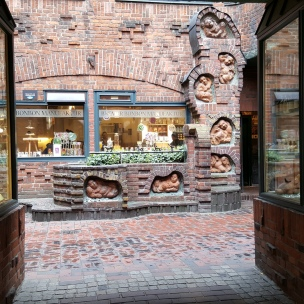 In der Böttchergasse befindet sich ein kleines Paradies für Naschkatzen: Die Bremer Bonbon Manufaktur. Hier decken wir uns jedes Mal für die Heimat ein.