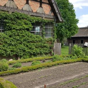 """Am Brümmerhof (ein """"einstelliger"""" Hof von 1644, dessen Hauptgebäude in das Museumsdorf umgesetzt wurde) wurde hübsch in Reihe und Glied gepflanzt - da können wir uns eine Scheibe von abschneiden!"""