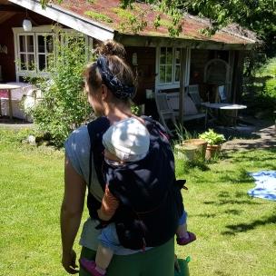 Mit dem Landkind auf dem Rücken geht der Bau des Insektenhotels voran.
