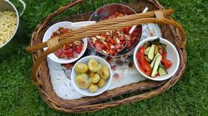Ein Picknick auf dem Rasen im Garten ist doch besonders schön!