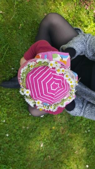 Das Landkind schmückt sich besonders gern mit Gänseblümchen.