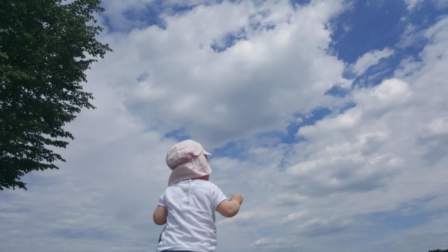 Das Landkind möchte nach den Wolken greifen..