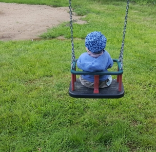 Beim Schaukeln jauchzt das Landkind himmelhoch.