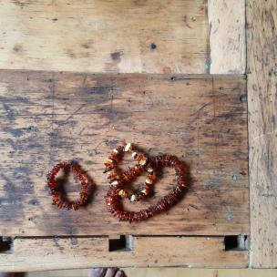 Am Meer von Blåvand lässt sich wunderbar Beinstein finden. Diese drei Armbänder haben wir uns jedoch in einem kleinen Lädchen gegönnt - das Landkind ist ganz stolz auf sein erstes Armband.