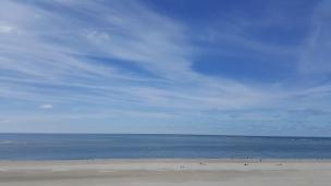Breite Sandstrände und blaues Wasser, so schön ist es in Blåvand! Besonders lohnt sich der Besuch des Leuchtturms.