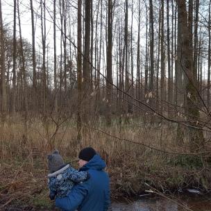 Im Kolkbach plätschert das eiskalte Wasser. Das interessiert das Landkind nur wenig, es würde am liebsten seine Füße in das Wasser strecken.
