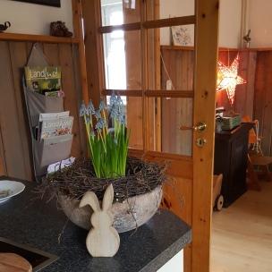 Drinnen im Warmen wartet alles auf das Osterfest, die Schalen wurden nun zum zweiten Mal von mir bepflanzt - dieses Mal mit Perlhyazinthen.
