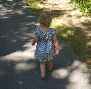 Das Landkind verzichtet gern auf seine Schuhe.