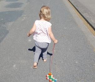 Die kleine Raupe folgt auf Schritt und Tritt..