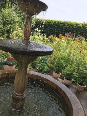 Einige hübsche Brunnen zieren die Gärten..