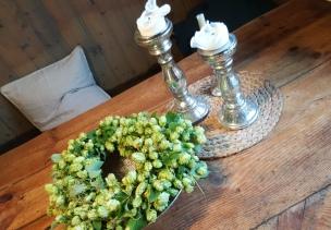 Der herrlich grüne Hopfen macht sich zum Kranz gebunden sehr gut in unserer Wohnküche..