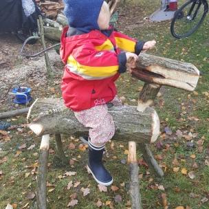 Das Landkind bekam vom Großvater ein Holzpferdchen. Die Begeisterung ist auch heute noch groß!