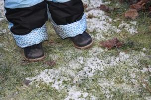 Das Landkind schmunzelt über das knirschende Eis, wenn doch endlich der richtige Schnee käme..