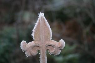 Überall im Garten glitzern kleine Kristalle.
